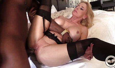 Čokoladna baba s kovrčavom hentai porno brutal kosom masturbira obrijanu macu