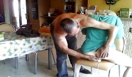 Trener pomaže fleksibilnoj bebi da zauzme filme hentay pozu i jebe ljepoticu