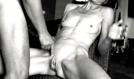 Vezavši čvor za stolicu, frajer se prilijepi i uzbuđuje je raznim igračkama, gurne uključeni vibrator u gaćice i promatra cijelu kuju kako teče, uključuje ljepotu tako da čim je odveže, ona baci na svoj kurac i počne strasno hentai 3d movie sisati