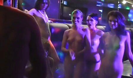 Prsata drolja jebe vrućeg muškarca u gay hentai film kuhinji