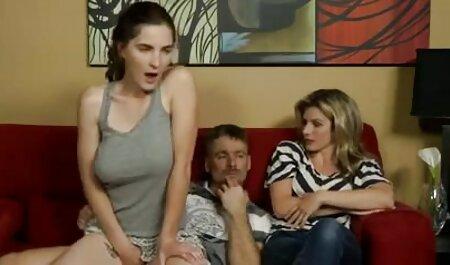 Kovrčava djevojka pušta se ispred hentsi porno kamere