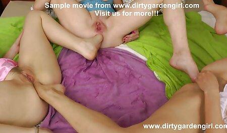 Djevojka film hentay manekenke skida se pred kamerom, stavlja prste u vaginu, širi role i na kraju videa usisava režisera