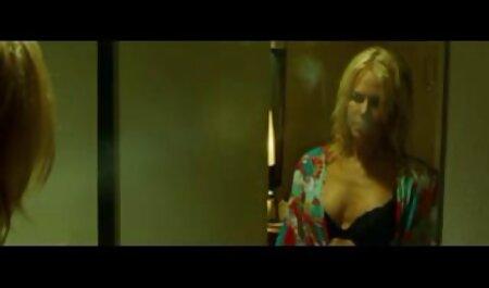 Kurva skače na vrhu penisa, ali one pice porno momak ima druge planove, želi je posaditi u usku analnu