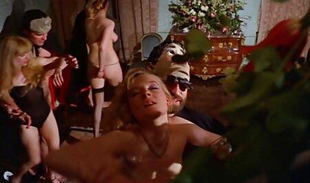 Seksi besramna žena besramno se izlaže kod kuće ispred hentay porn video web kamere, nakon čega vadi ogroman vibrator pripremljen unaprijed, a kako treba biti, udovoljava svojoj nezasitnoj i uskoj maloj pičkici