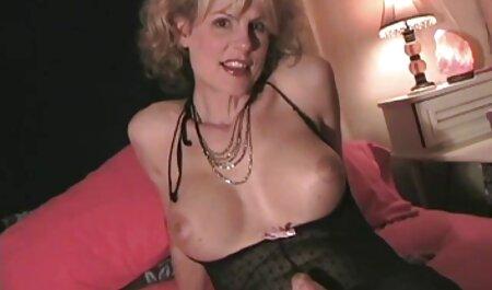 Mlada hantei porno djevojka pozirala je gola pred kamerom